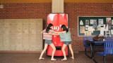 「抱きついて!」コカ・コーラがシンガポールの大学で仕掛けたキャンペーン