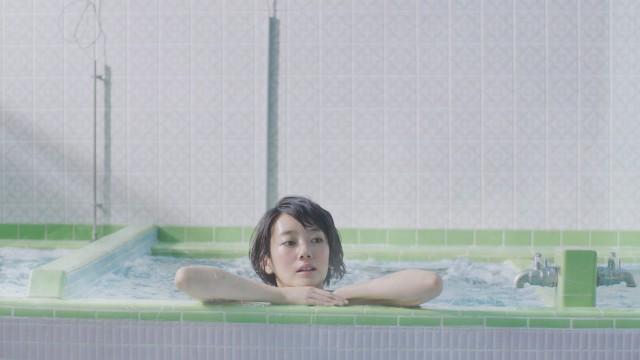 女優の波瑠が銭湯で歌う姿に癒やされるおいしい水 六甲・富士山のCM