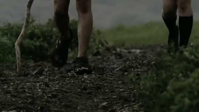 ひたすら前に進む少年の理由とは?英進館のCM「歩く男」